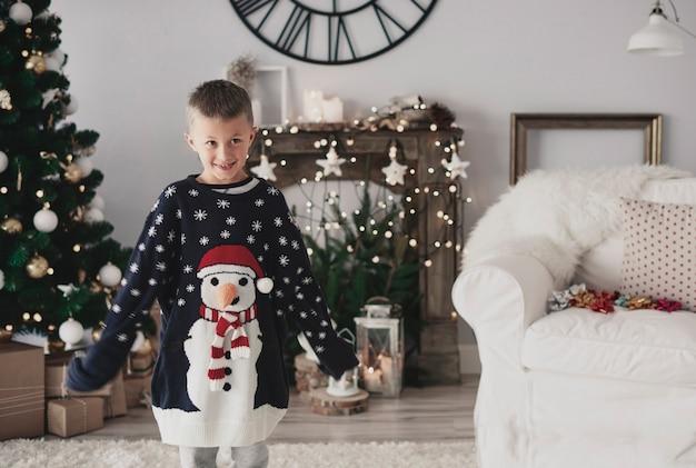 Portret chłopca ubrany w zbyt duży sweter