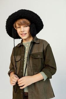 Portret chłopca w kapeluszu zimowym