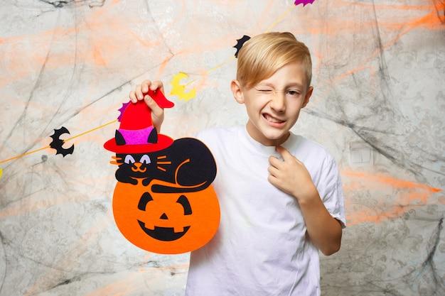 Portret chłopca wyświetlono śmieszne miny do aparatu