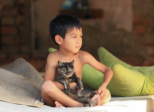 Portret chłopca z azji kazachskiej