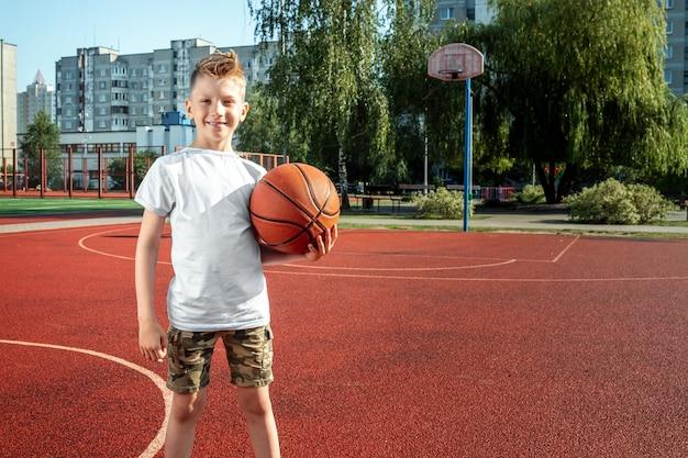 Portret chłopca z koszykówki na boisko do koszykówki