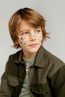 Portret chłopca z malowaną twarzą