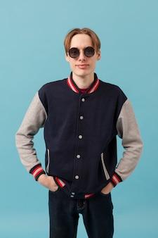 Portret chłopca z okulary przeciwsłoneczne