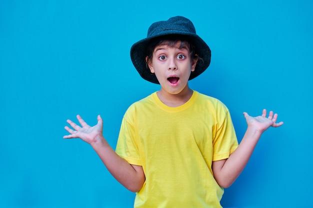 Portret chłopca z zaskoczoną twarzą w żółtej koszulce