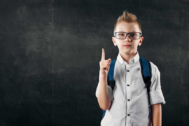 Portret chłopca ze szkoły podstawowej na tle zarządu szkoły