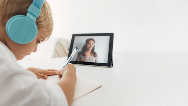 Portret chłopca, zwracającego uwagę na zajęcia online