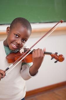 Portret chłopiec bawić się skrzypce