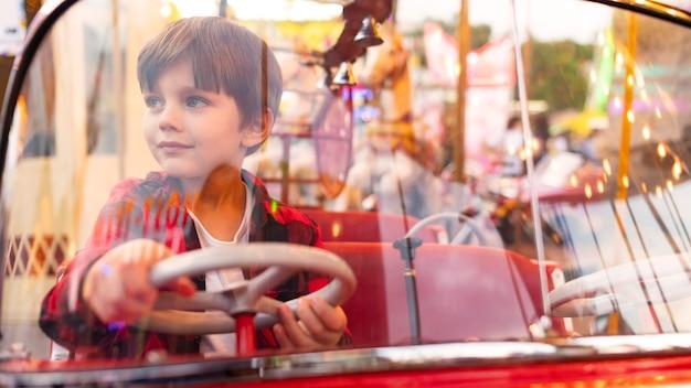 Portret chłopiec w parku rozrywki