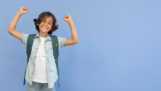 Portret chłopiec z plecakiem i przestrzenią