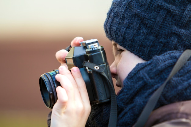 Portret chłopiec z rocznik fotografii kamerą