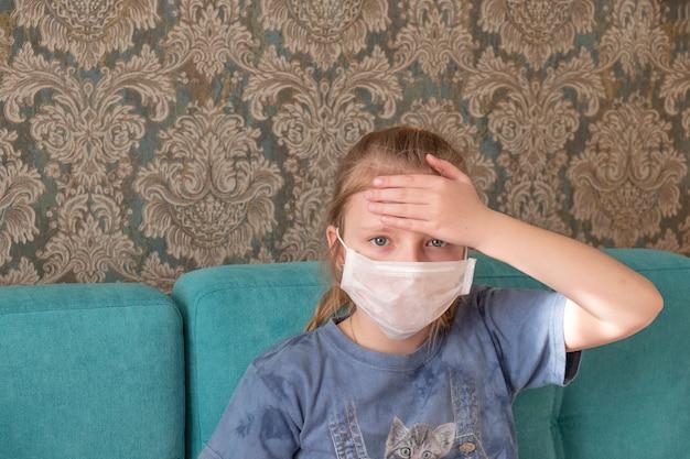 Portret chora dziewczyna w medycznej masce z objawem bólu głowy