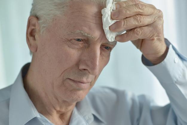 Portret chorego starszego mężczyzny cierpiącego na ból