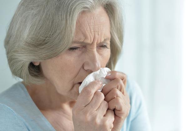 Portret chorej starszej kobiety z bliska