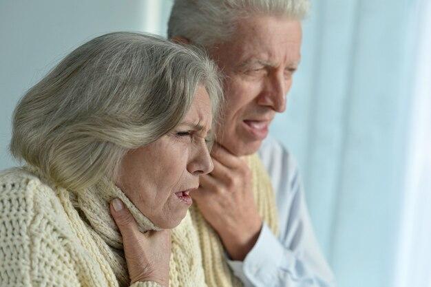 Portret chorej starszej pary w domu
