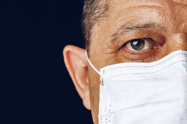 Portret chory dorosły mężczyzna w medycznej masce