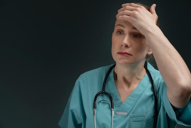 Portret cierpiącej kobiety lekarza
