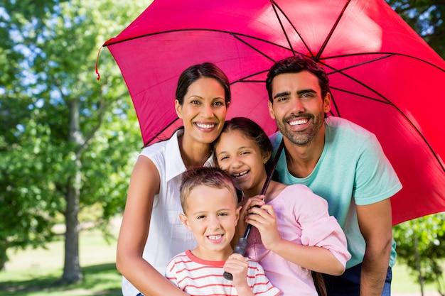 Portret cieszy się czas w parku wpólnie szczęśliwa rodzina