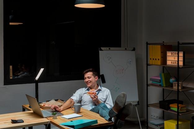 Portret cieszy się pracę od domu przedsiębiorca