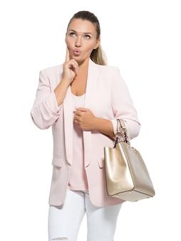 Portret cudownej szczęśliwej kobiety z torebką.