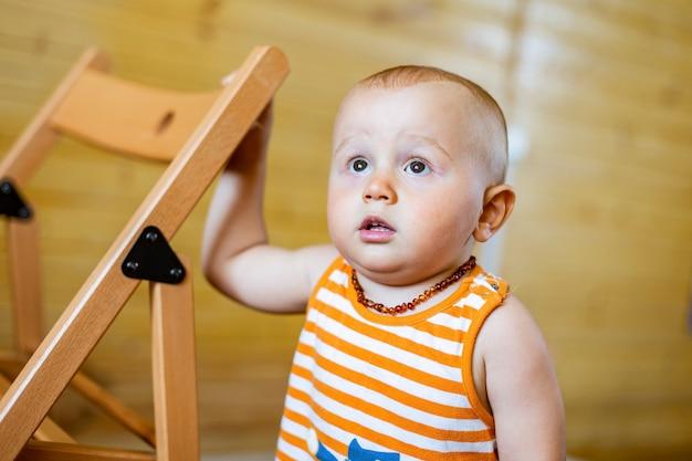 Portret cute adorable poważnego chłopca patrząc w górę