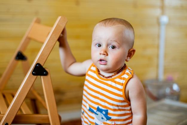 Portret cute adorable poważnego chłopca