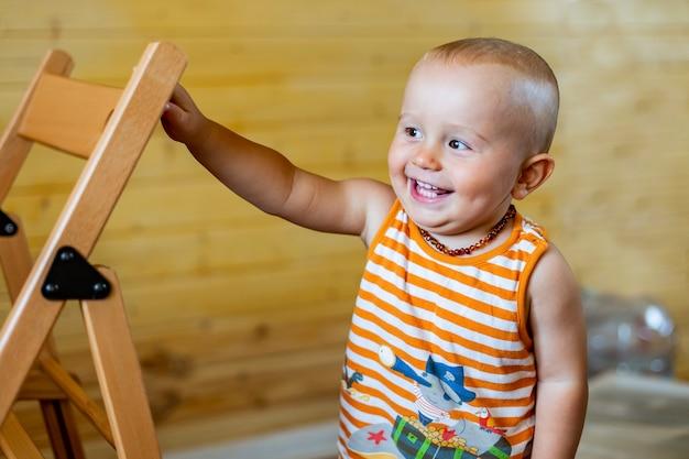 Portret cute adorable roześmiany szczęśliwy chłopczyk