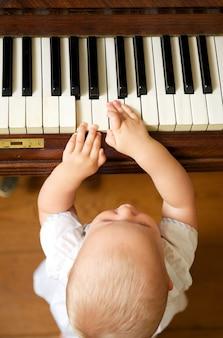 Portret cute baby odtwarzanie fortepian