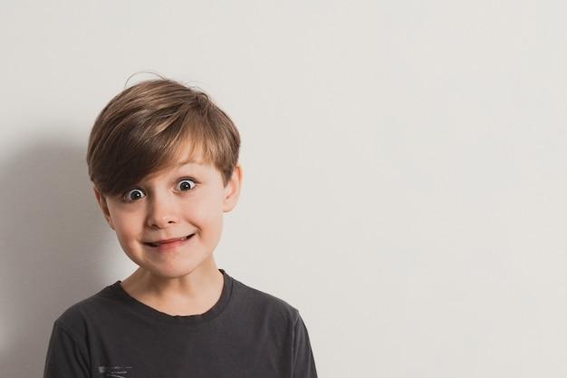 Portret cute boy ciągnięcie twarzy