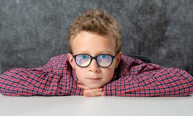 Portret cute dziecko z kraciaste koszule