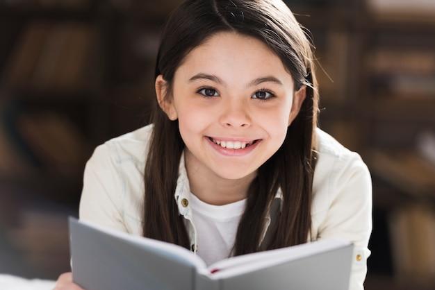 Portret cute girl uśmiecha się