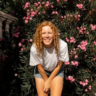 Portret cute młoda dziewczyna uśmiechając się