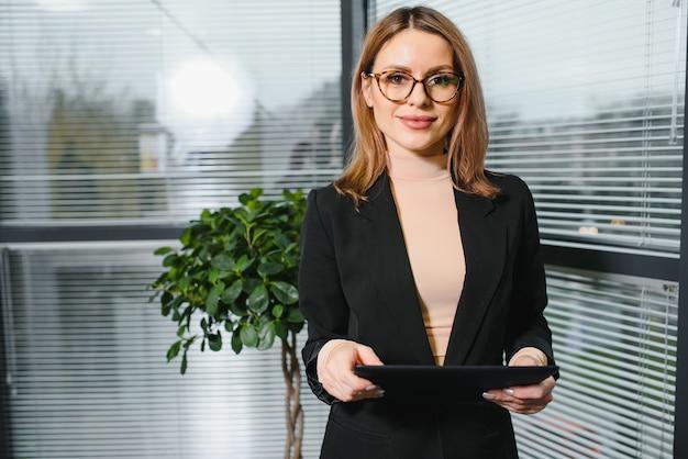 Portret cute młoda kobieta uśmiecha się w biurze