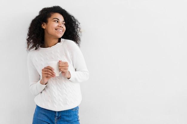 Portret cute młoda kobieta uśmiecha się