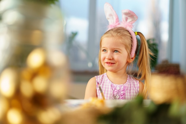 Portret cute za toddler dziewczyna z bunny uszy
