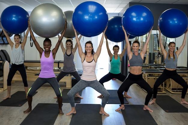 Portret ćwiczenia z piłką fitness uśmiechnięte kobiety