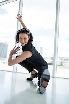 Portret ćwiczy taniec tancerz