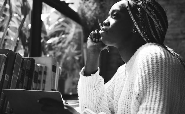 Portret czarna kobieta z dreadlocks włosy