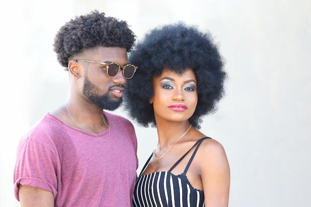 Portret czarnego mężczyzny i kobiety razem