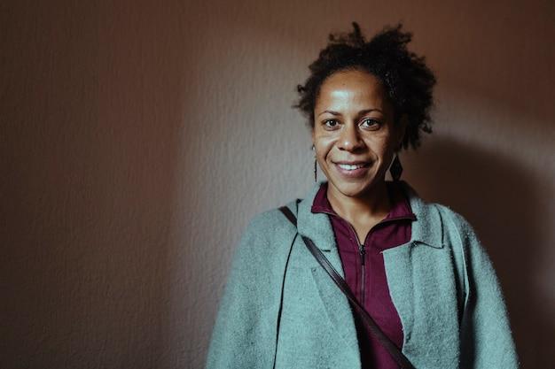 Portret czarnej kobiety w średnim wieku, uśmiechając się. selektywna ostrość oczu.