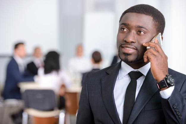 Portret czarny biznesmen z grupą ludzi.