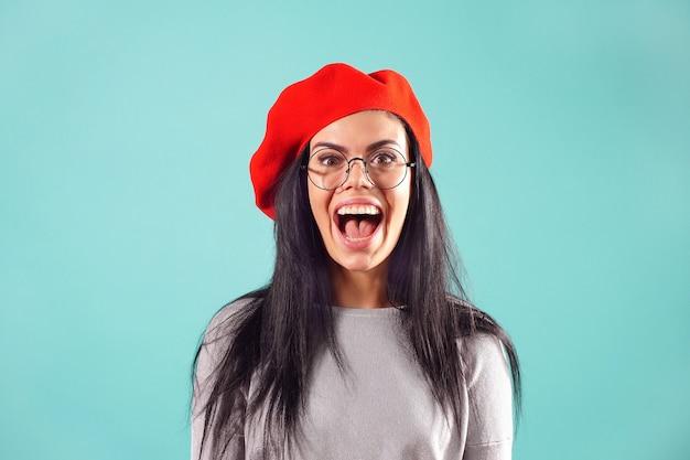 Portret czarujący piękna w czerwonym berecie