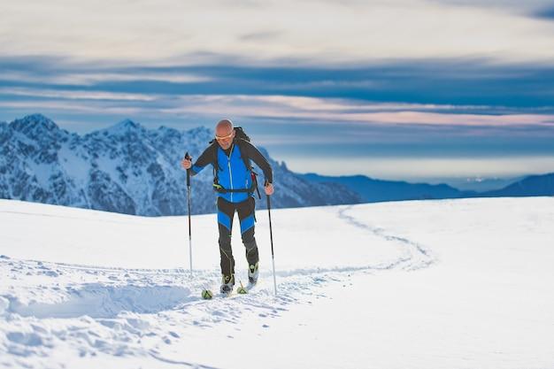 Portret człowieka na nartach
