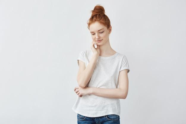 Portret czuła rudzielec kobieta z piegowatą skóry ono uśmiecha się.