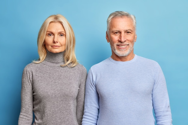 Portret czułego męża i żony w podeszłym wieku ubrani w zwykłe ubrania wyglądają pewnie z przodu