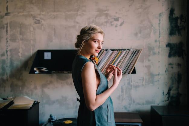Portret czułej blondynki wzorcowy pozować w loft wnętrzu.