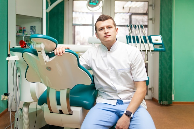 Portret dentysta lekarka w biurze