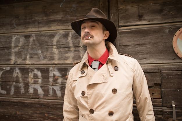 Portret detektywa blisko drewnianych drzwi