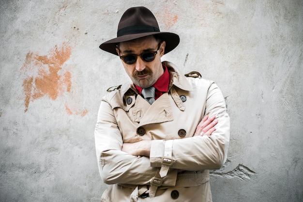 Portret detektywa ze złożonymi rękami w getcie