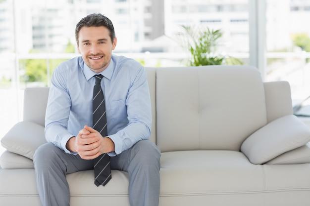 Portret dobrze ubrany młody człowiek w domu