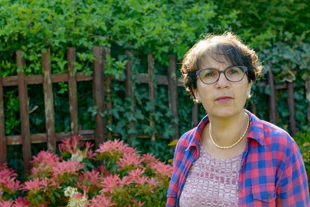 Portret dojrzała kobieta w ogródzie